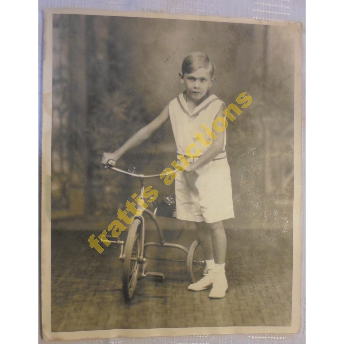 Παλιά ασπρόμαυρη φωτογραφία αγοριού με το ποδήλατό του.