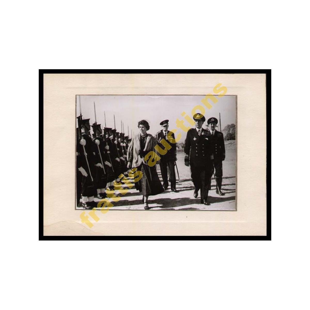 Φωτογραφία της Βασίλισσας Φρειδερίκης να επιθεωρεί άγημα του Ναυτικού.