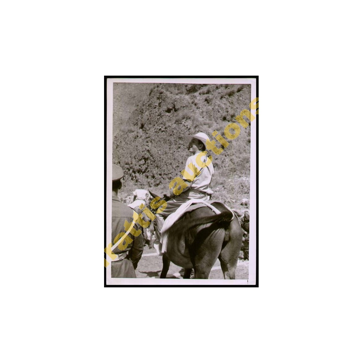 Φωτογραφία του Βασ. Κωνσταντίνου σε βόλτα στην ύπαιθρο.