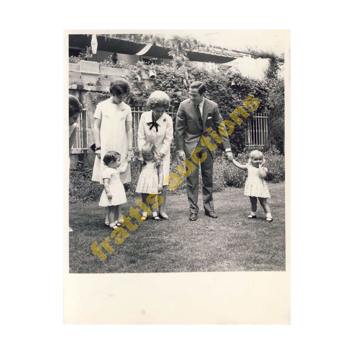 2 φωτογραφίες με την Βασιλική οικογένεια της Ελλάδας.