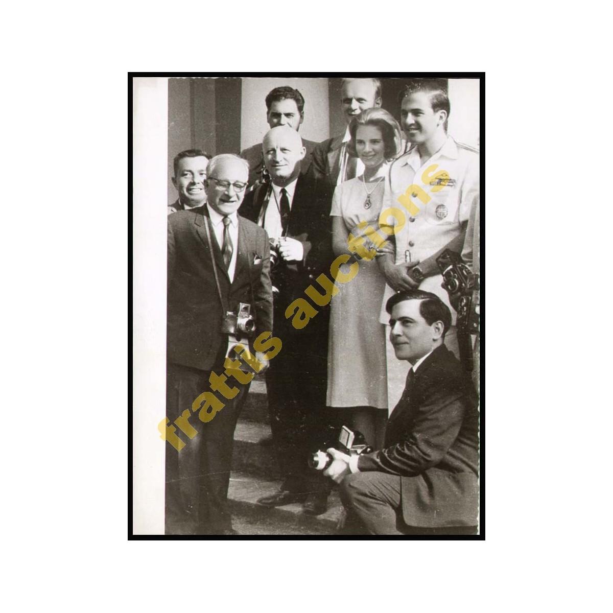 Φωτογραφία του Βασιλικού ζεύγους της Ελλάδας ανάμεσα σε φωτορεπόρτερς.