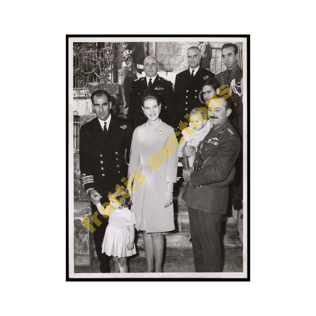 2 Φωτογραφίες της Βασίλισσας Άννα-Μαρίας με τις 2 μικρές πριγκίπισσες.